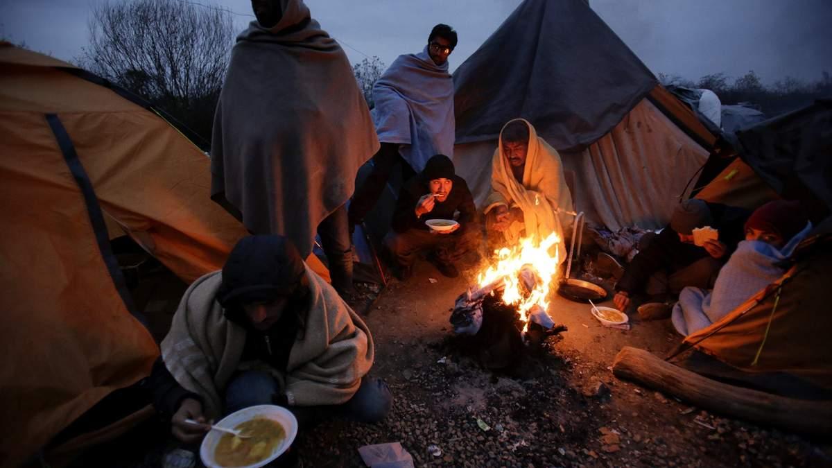 Беженцы у костра в лагере
