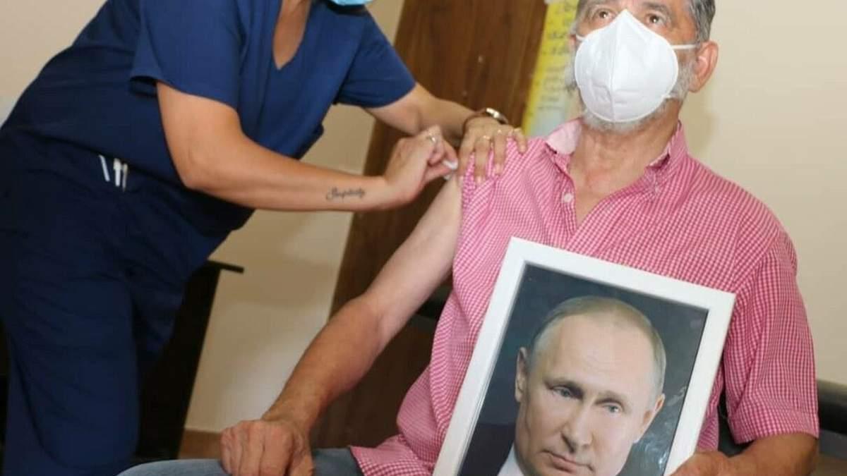 Мэр Хуан Карлос Гаспарини привился Спутником V с портретом Путнина в руках