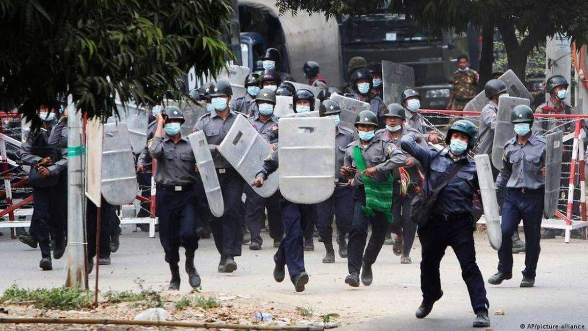 В Мьянме возобновились протесты: силовики стреляют в людей - видео