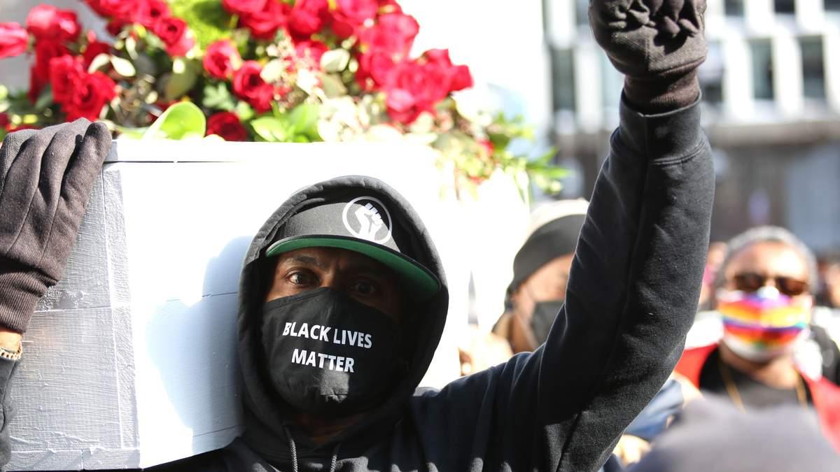 У США 07.03.2021 люди вийшли на протест щодо вбивства Флойда