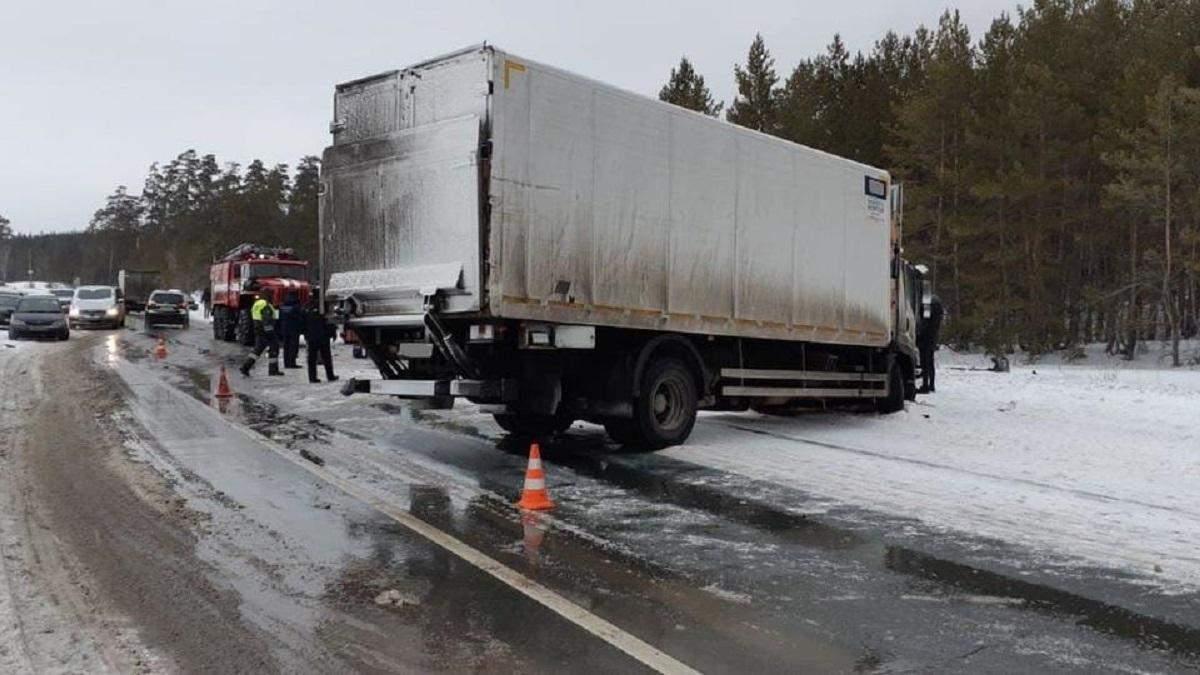 В России автомобиль с 7 людьми попал в ДТП: все погибли