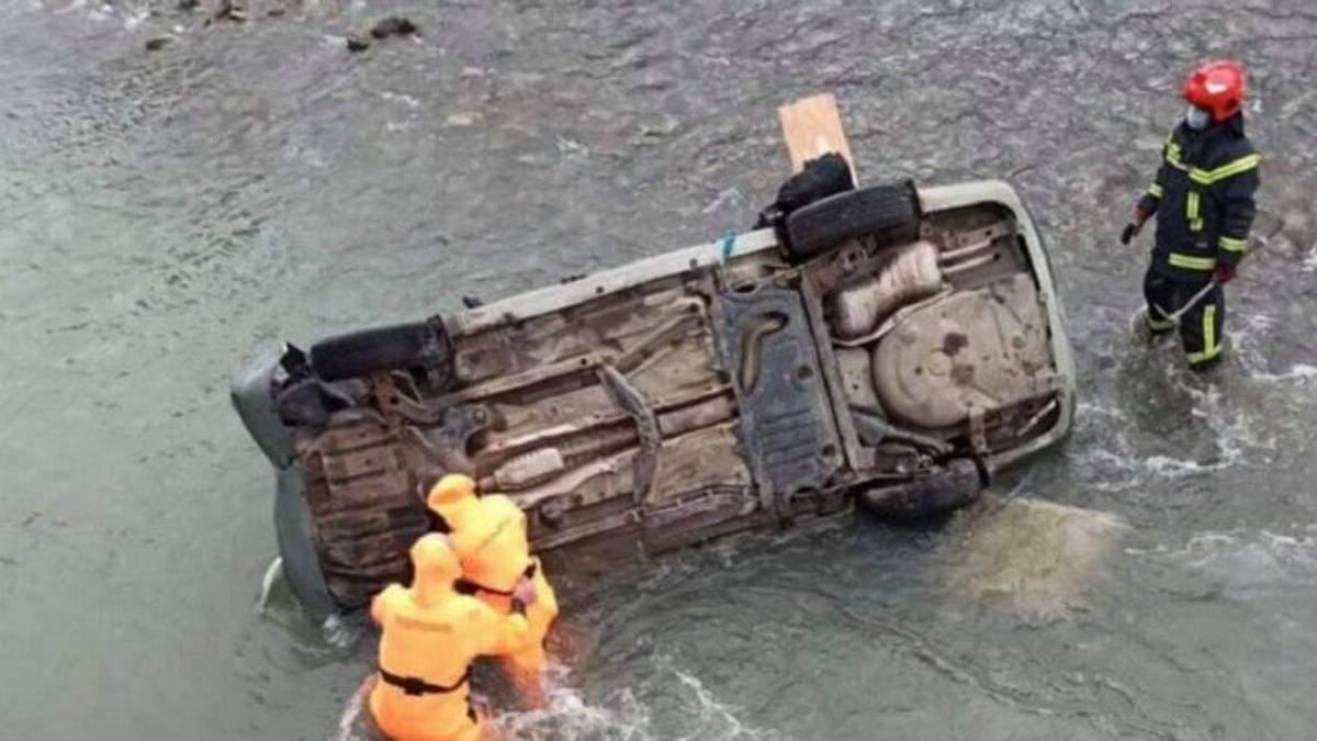 На Львівщині через п'яного водія авто злетіло з моста: є загибла та травмовані – фото