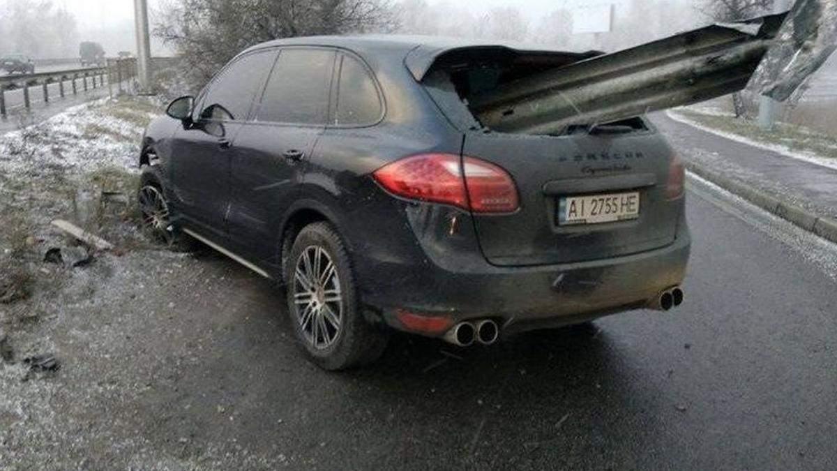 Вибійник пройшов наскрізь: у Києві чудом вижив водій Porsche