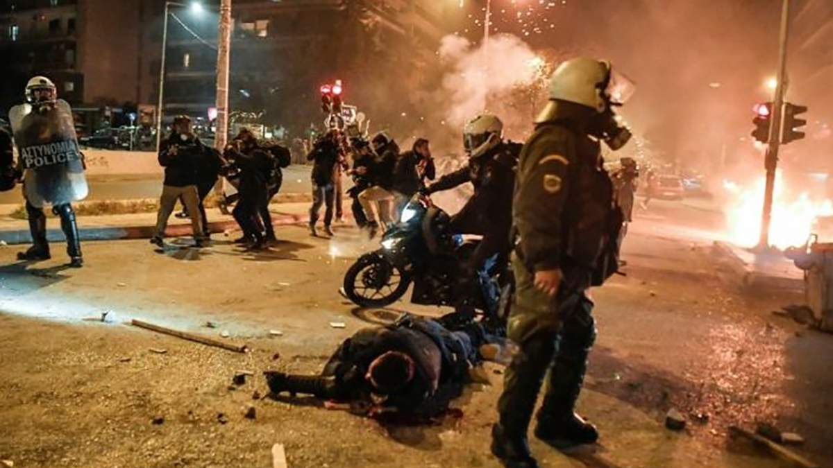 В Афинах акции против произвола полиции переросли в столкновения