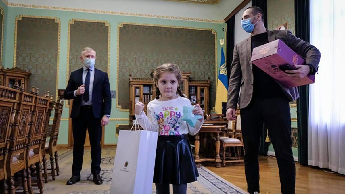 Зеленский поздравил с 8 Марта девочку, которую затравили в саду