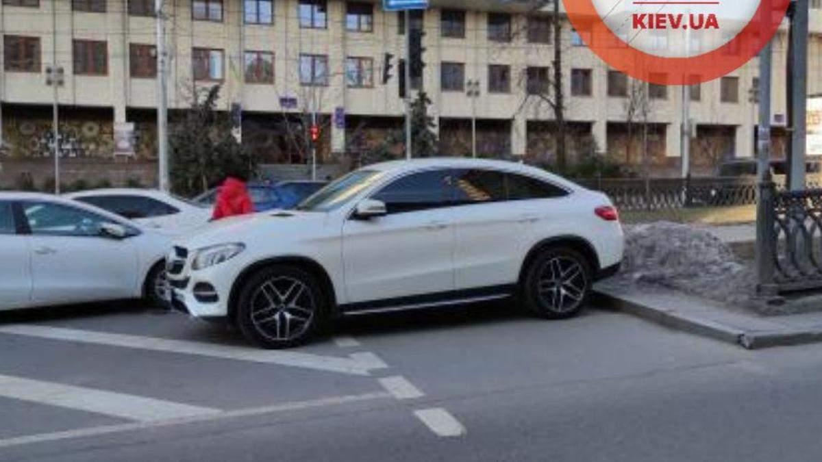 В Киеве пешеход прошелся по машине, которую припарковали на переходе