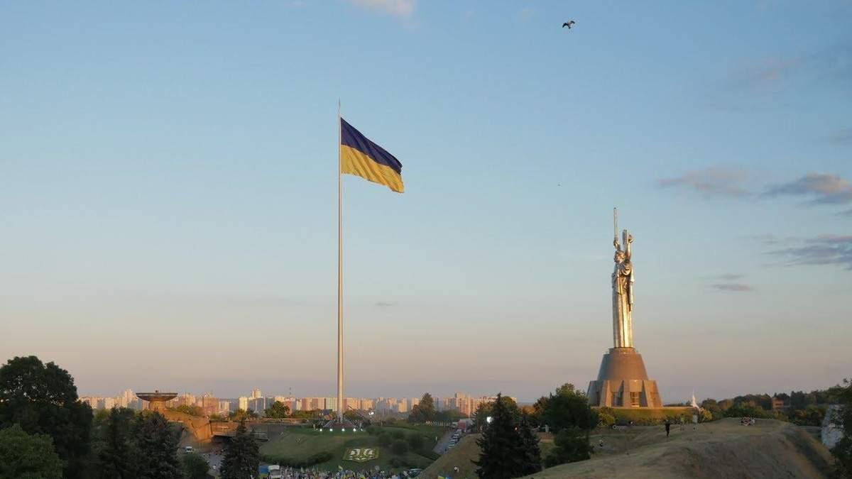 У Києві знову приспускають найбільший прапор України: через вітер
