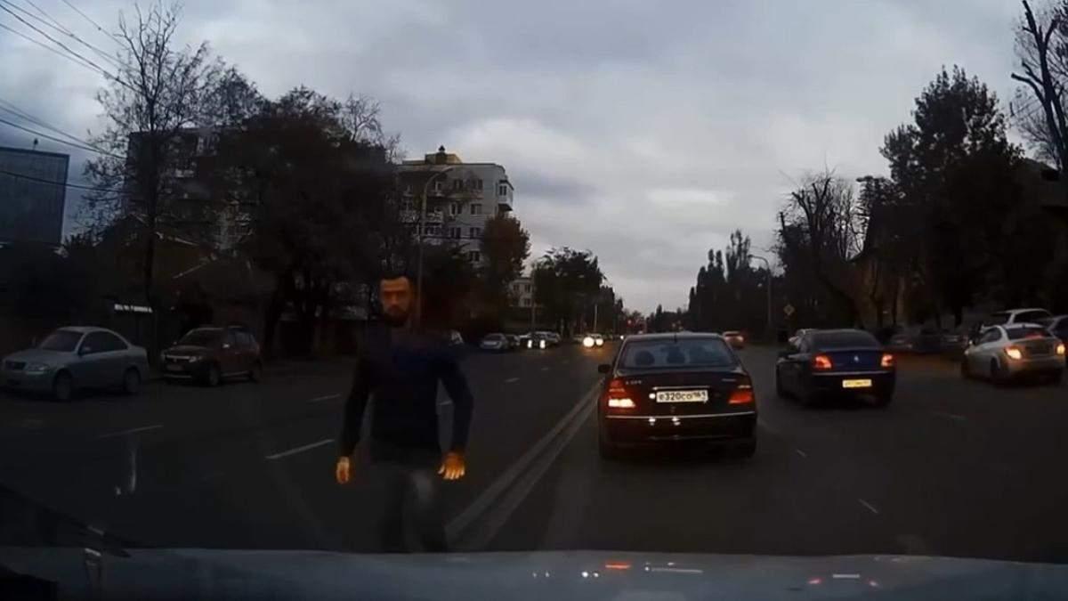 У Києві водій з російськими номерами ледь не скоїв ДТП: відео