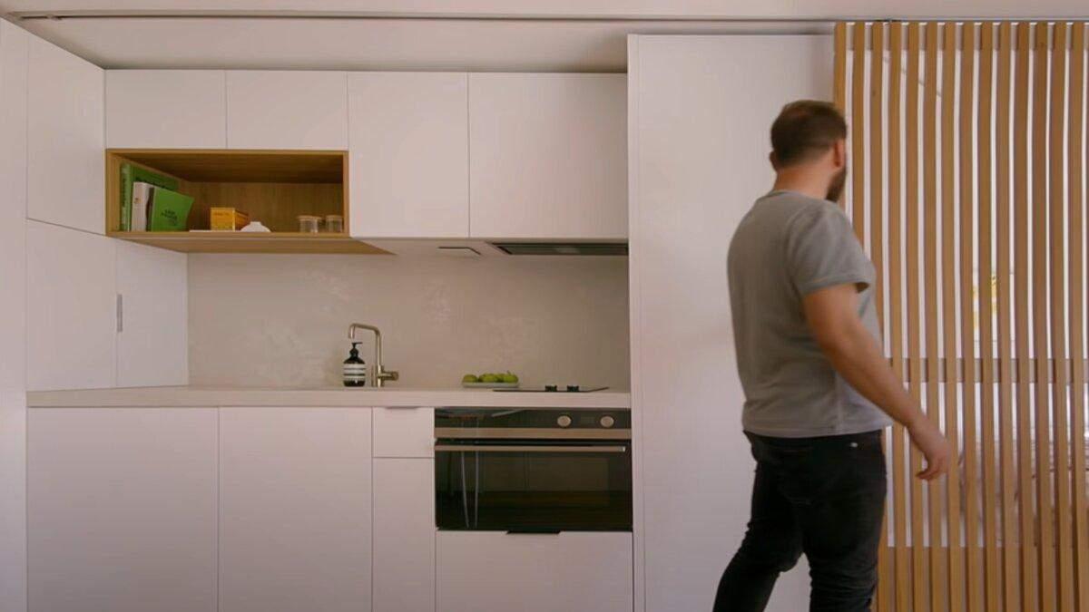 Вночі розсувні двері закривають кухню