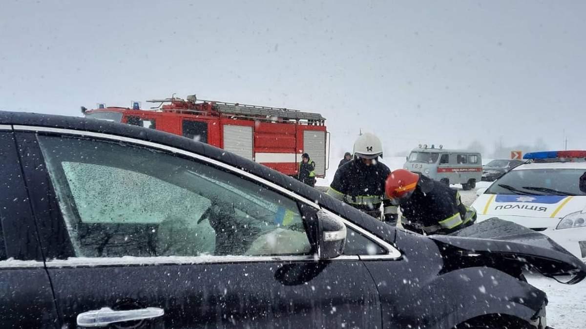 На Хмельниччині рейсовий автобус зіткнувся легковиком: є постраждалі