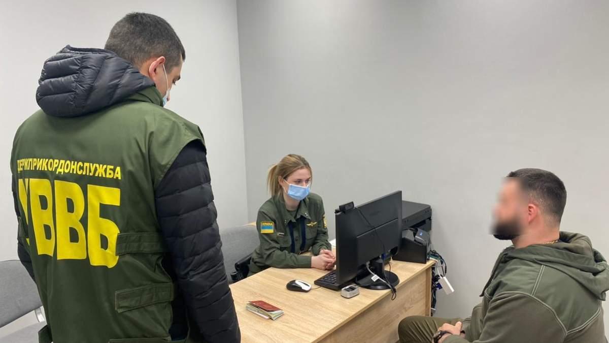 Россиянин пытался подкупить пограничницу за 2100 долларов