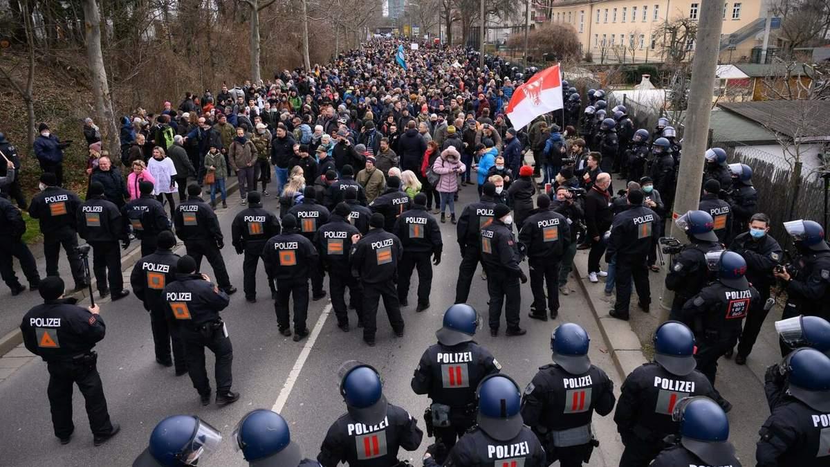В Дрездене во время протеста пострадали 12 полицейских
