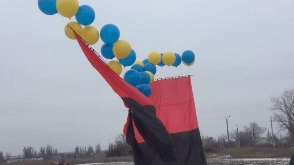 Над Донбасом запустили червоно-чорний прапор: яскраві фото