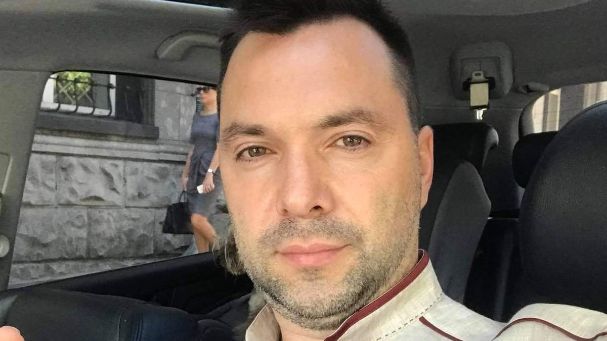 Арестович обматюкав чоловіка за прохання писати українською мовою