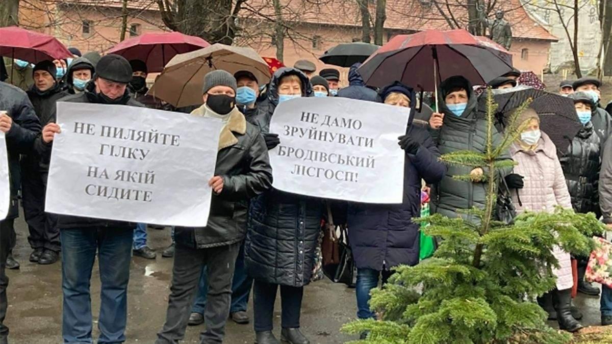 Состоялся пикет под Львовской ОГА: протестовали против объединения лесхозов – фото