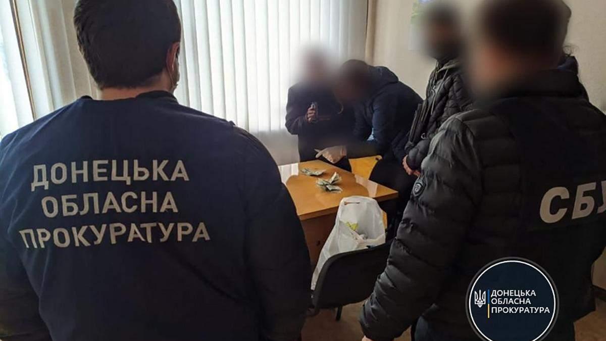 На Донеччині на хабарі у 2000 доларів затримали чиновника