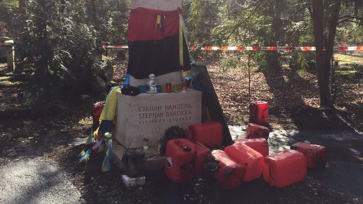 В Германии анонсировали расследование нападения на могилу Бандеры