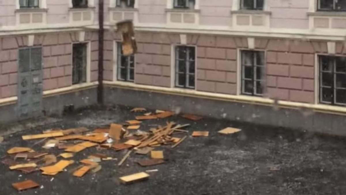 З вікна ОДА у Чернівцях у двір викидали меблі – відео