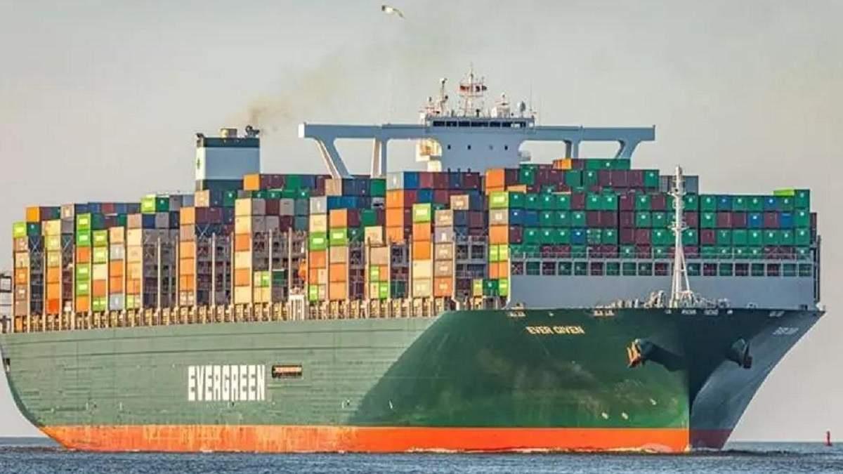 В Суэцком канале застряло судно: движение заблокирован - видео
