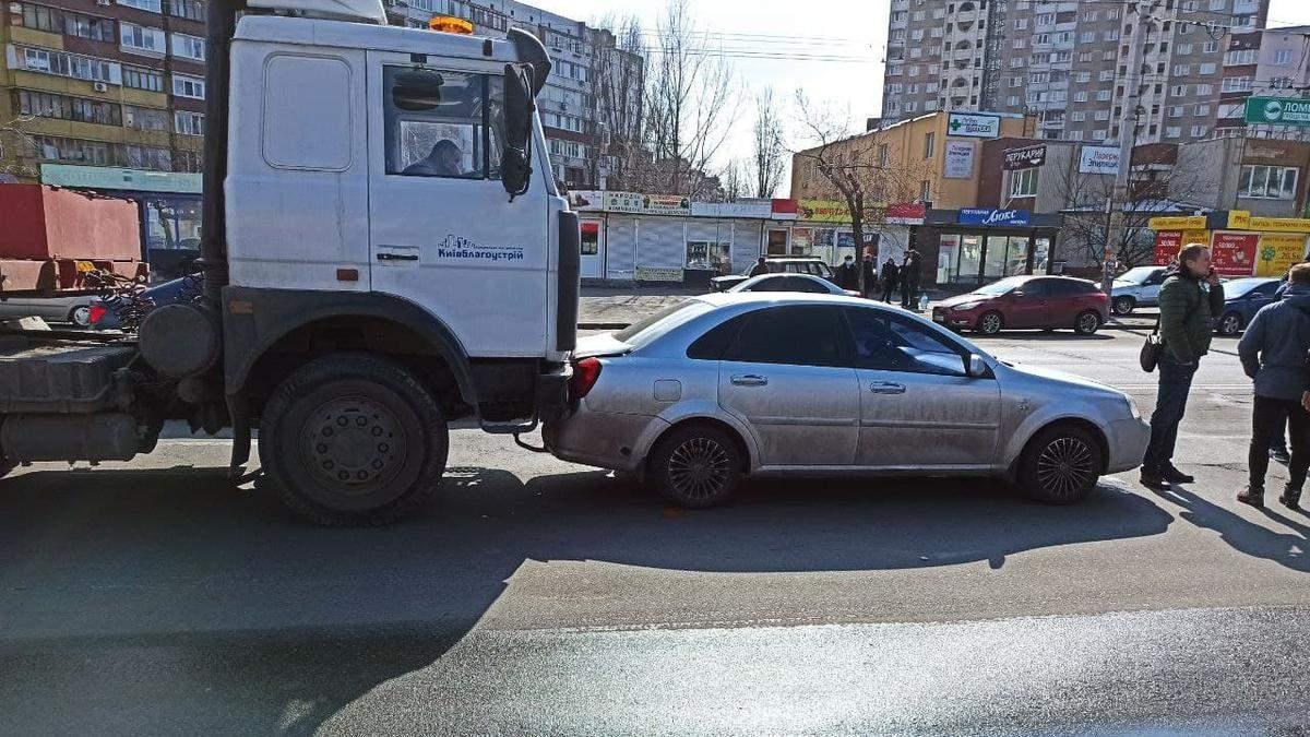 У Києві водій комунальної вантажівки майже 50 метрів таранив легковик