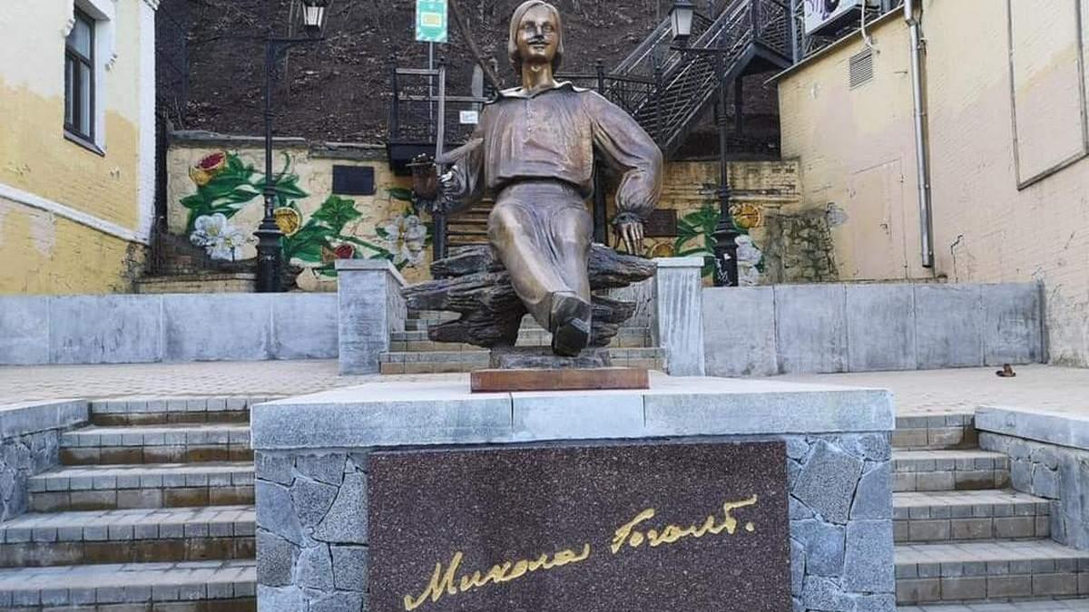 В Киеве на Андреевском спуске самовольно установили памятник Гоголю