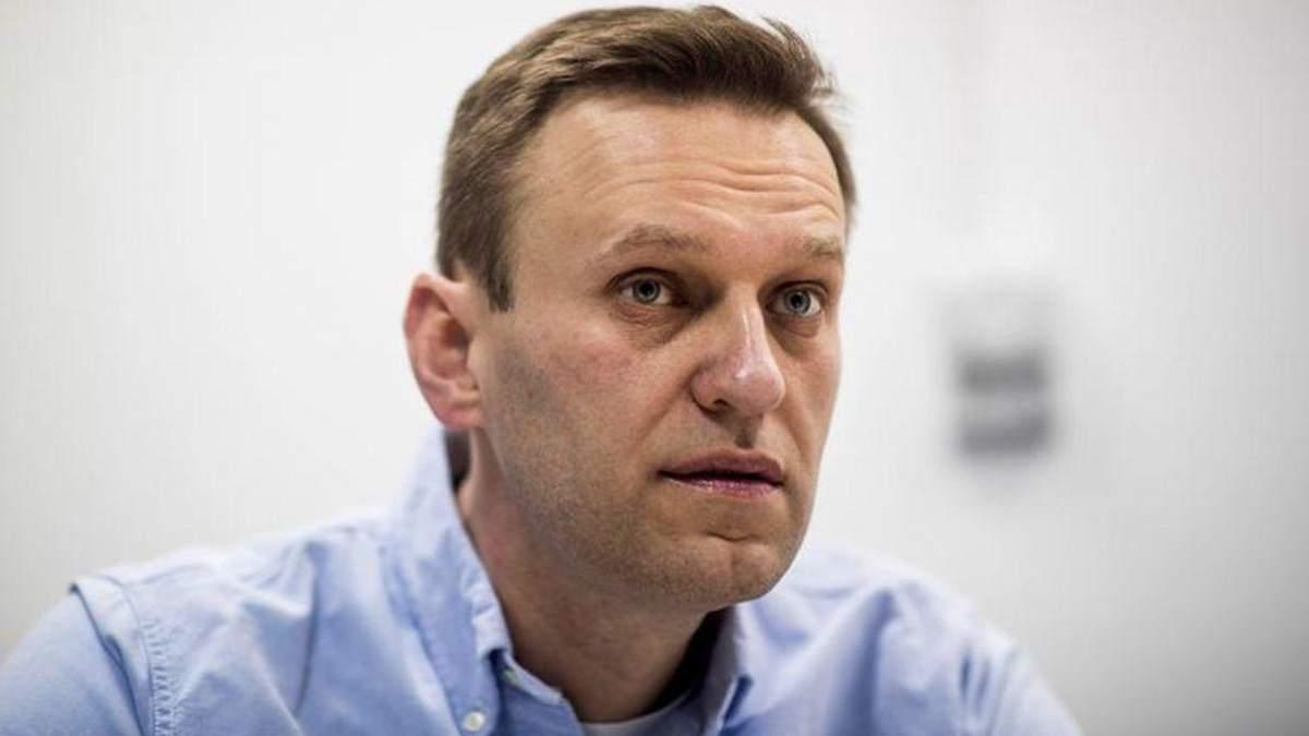 Скаржиться на біль в нозі, проте ходить: Навального в колонії навідала комісія