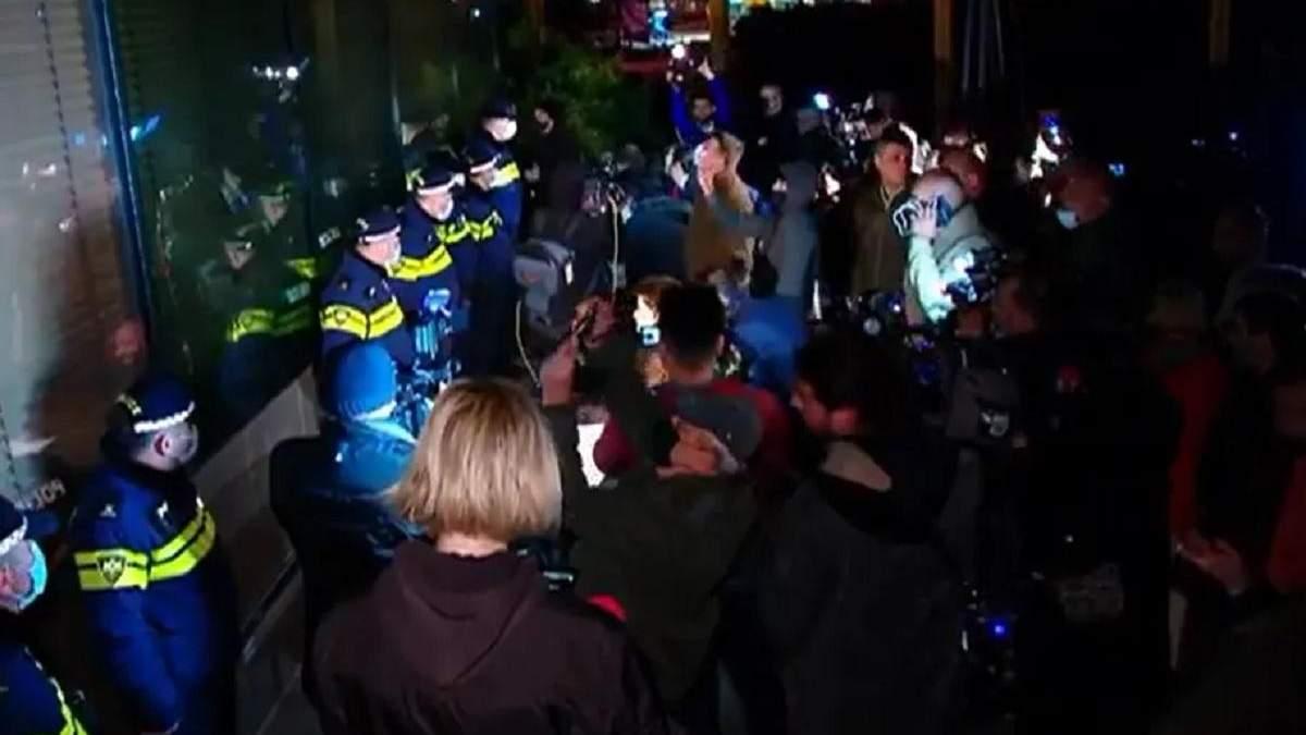 В Тбилиси прошел протест из-за приезда из России Познера: видео