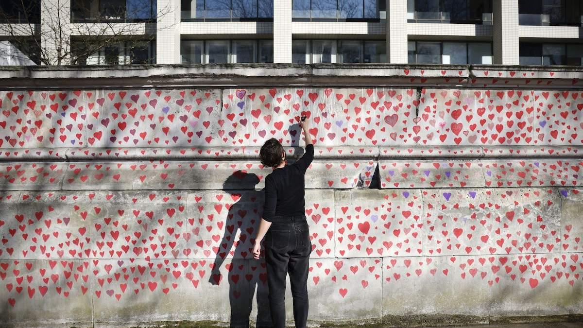 Тысячи сердец нарисовали в Лондоне в память по умершим от COVID