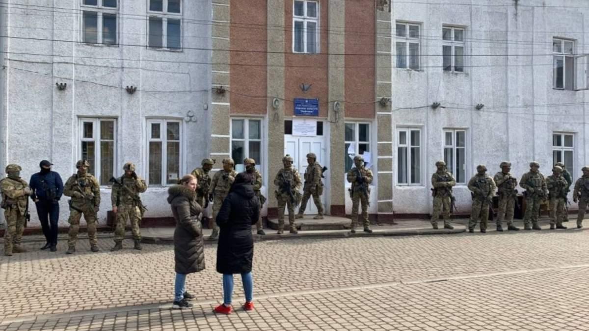 У СБУ пояснили, що робили біля приміщення ОВК на Прикарпатті