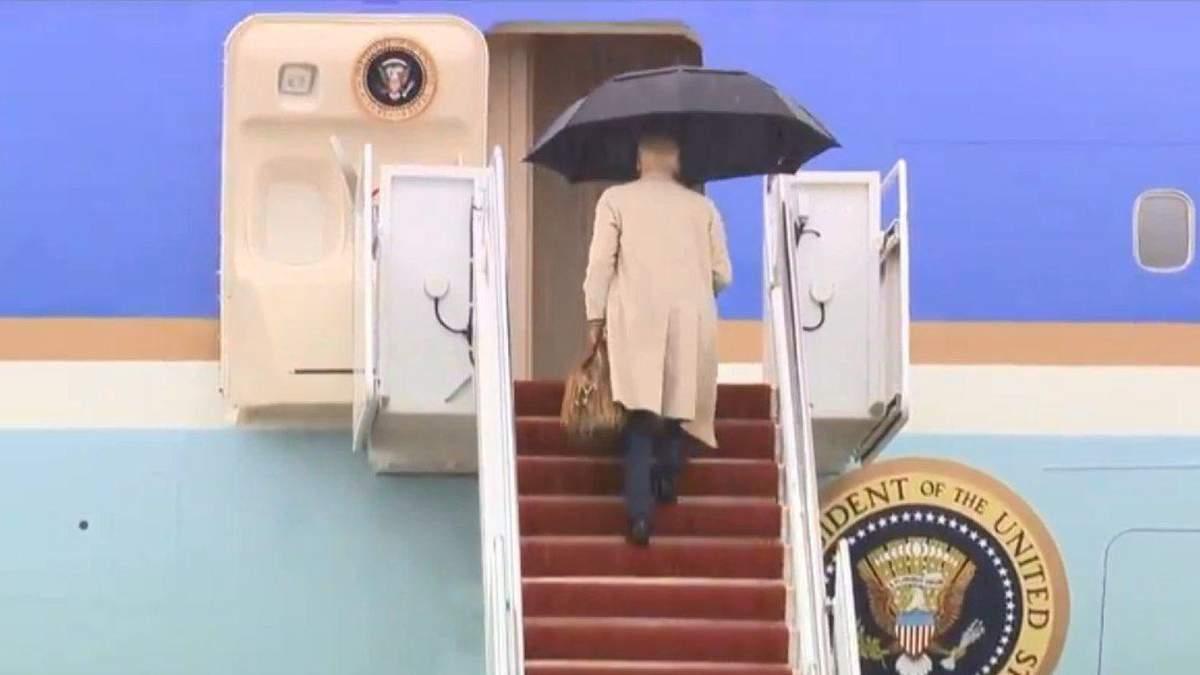 Байден снова споткнулся на трапе президентского самолета: видео