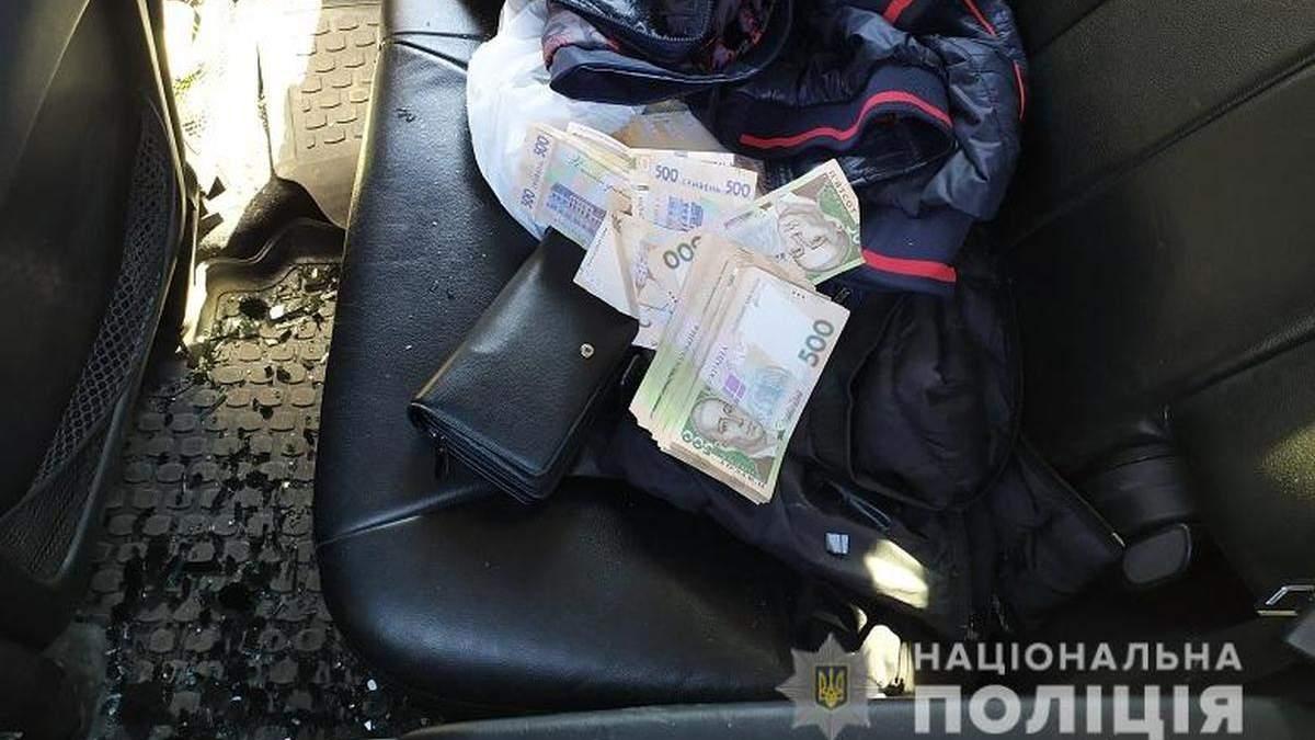 На Троещине в Киеве у мужчины отобрали 300 тысяч гривен