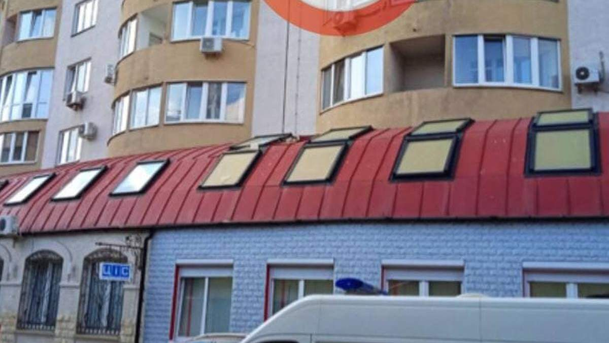 В Киеве мужчина выпрыгнул с 20 этажа и проломил крышу больницы