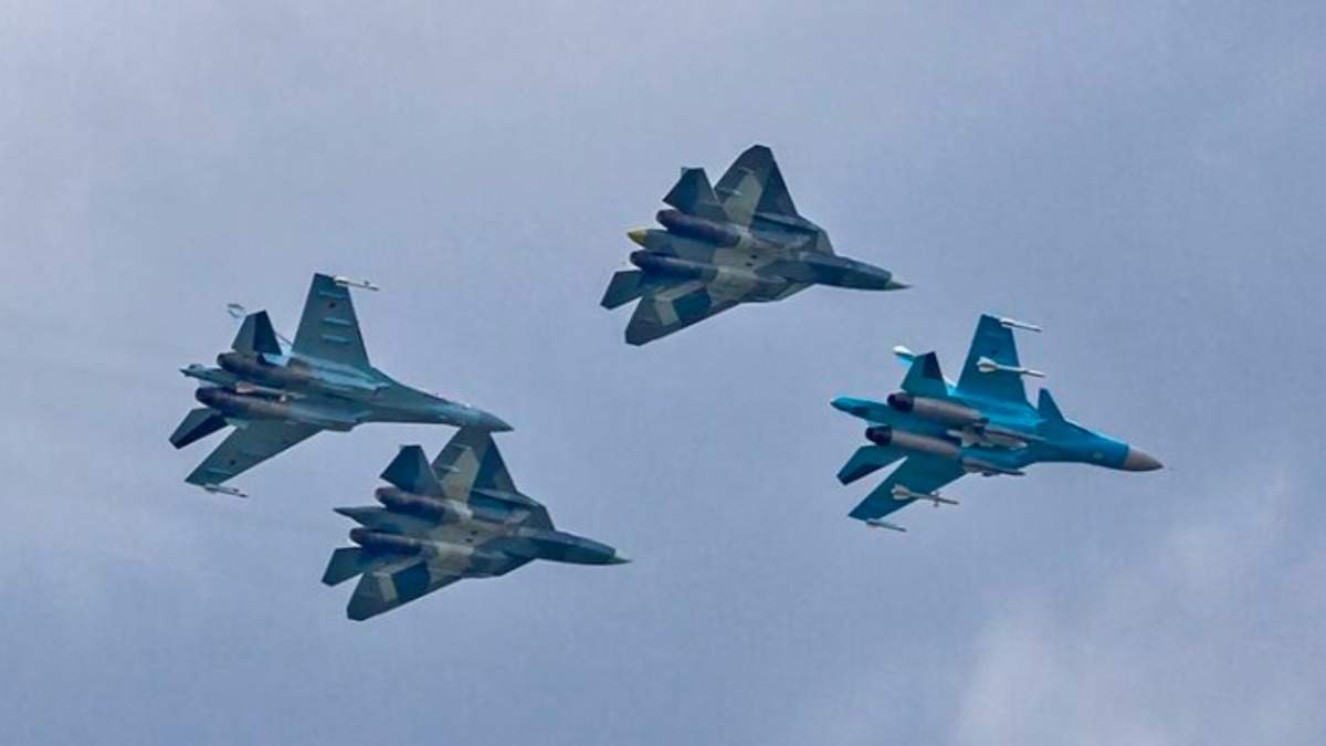 Россия у границы с Украиной подняла в небо военную авиацию: видео