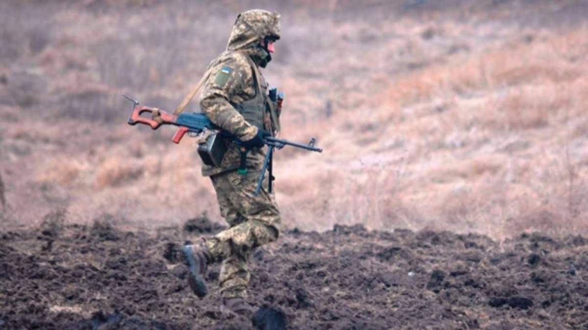 На Донбасі окупанти поранили військового