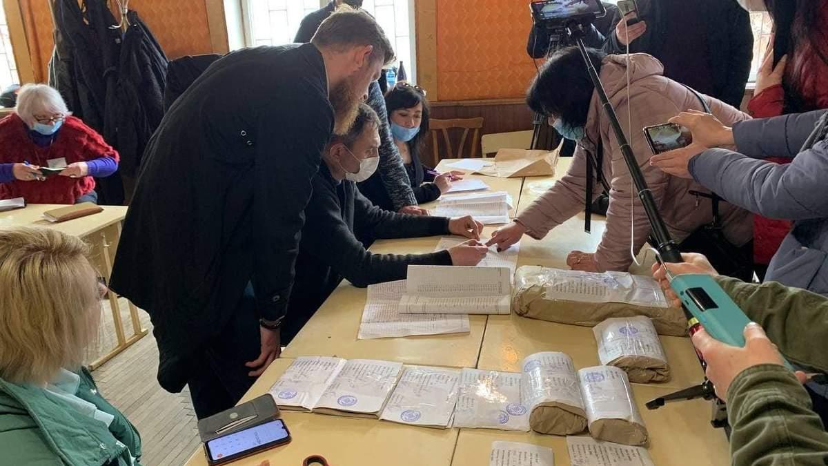 На Прикарпатье признали недействительными выборы уже на третьем участке, где проиграл Вирастюк