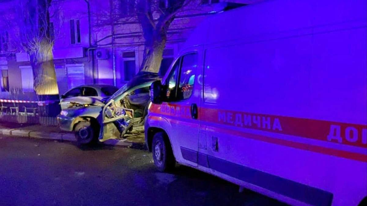 В Одессе ночью водитель скорой заснул за рулем и врезался в легковушку