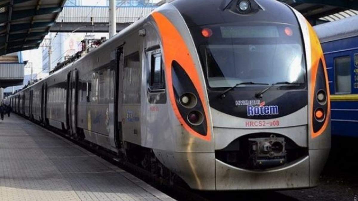 Розлита кава та сміття: пасажири Інтерсіті зробили з потяга свинарник