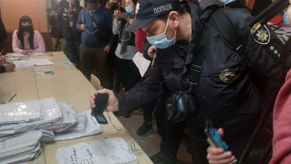 Вибори на Прикарпатті: проблеми вже на 6 дільниці, приїхала поліція