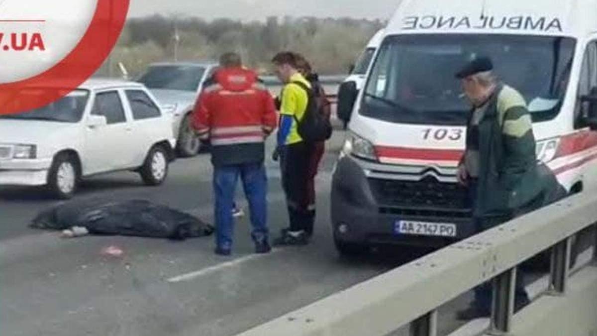 В Киеве Северного моста упал молодой человек