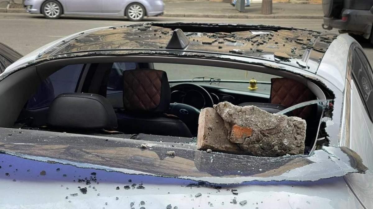 В Одессе кирпичи старого кинотеатра упали на автомобили: фото