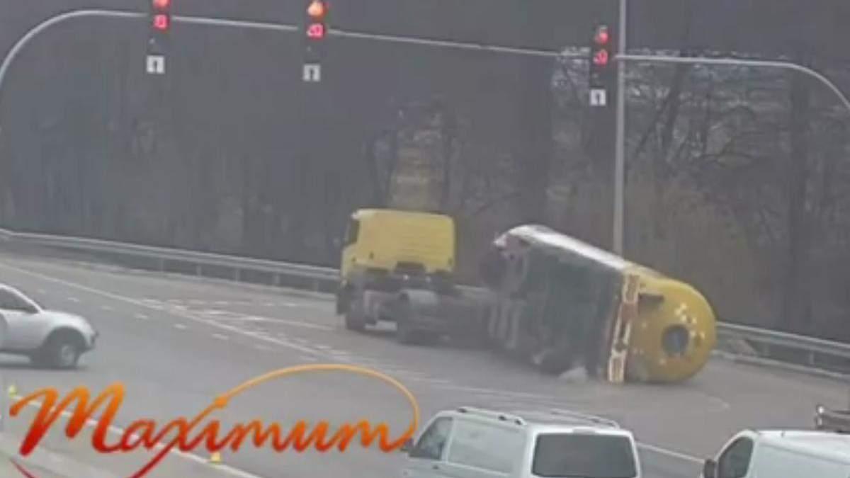 Водій швидко розгортався: під Києвом перекинулася цистерна з паливом – відео - Київ