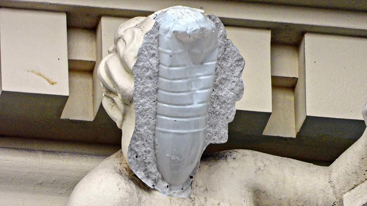 У скульптуры на здании Русовых вместо каркаса - пластиковая бутылка