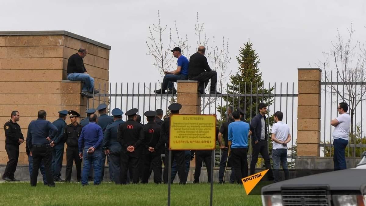 У Вірменії родичі зниклих під час війни заблокували будівлю Міноборони