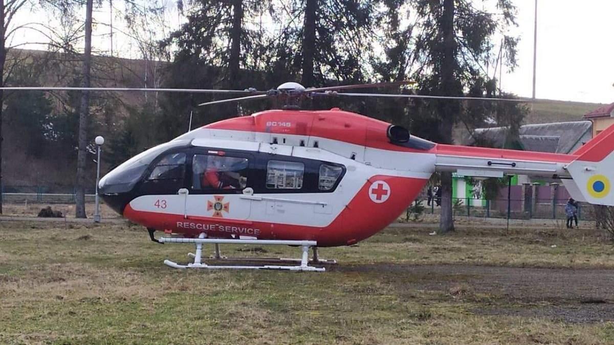 Во Львов из отдаленного района доставили вертолетом пациентку