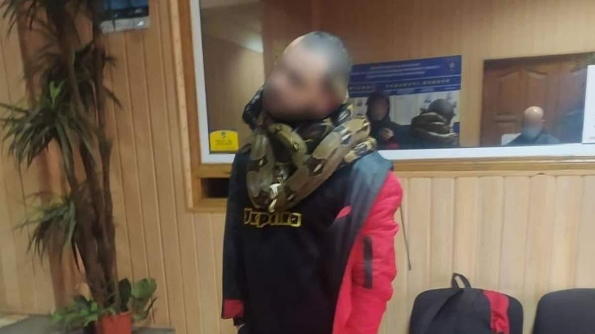 У Києві п'яний чоловік гуляв зі зміями на шиї: фото