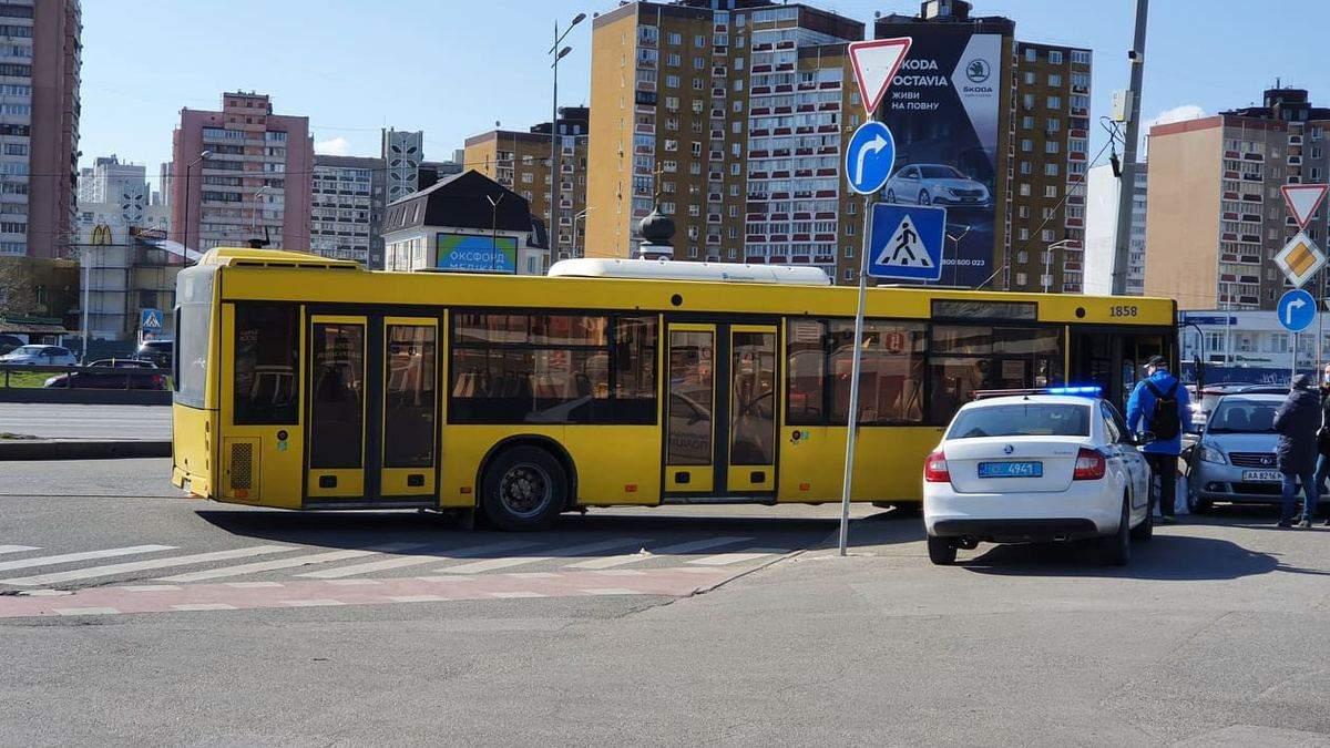 В Киеве автобус с пассажирами влетел в столб, а затем в машину