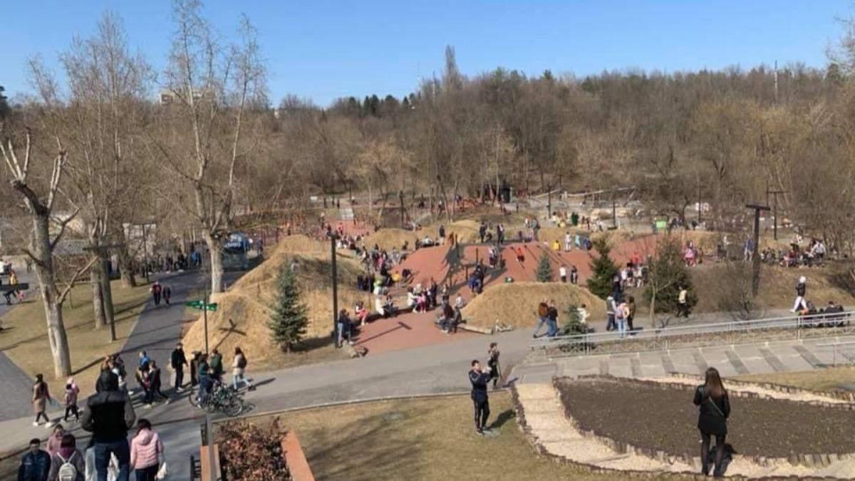 Відкриті ринки та скупчення людей в парках: у Харкові – червона зона