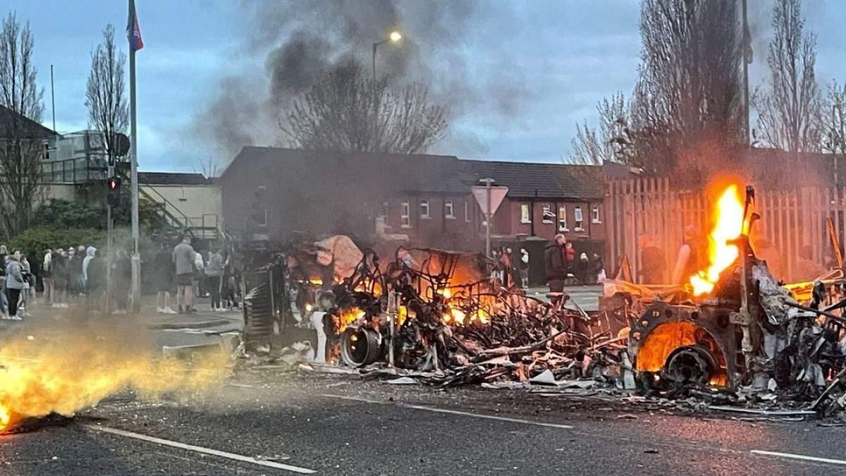 Из-за беспорядков в Северной Ирландии туда выехали силовики Британии