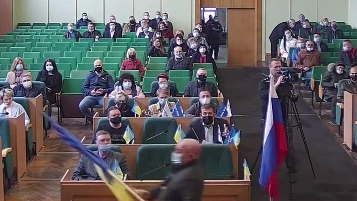 В годовщину оккупации в горсовет Славянская внесли российский флаг