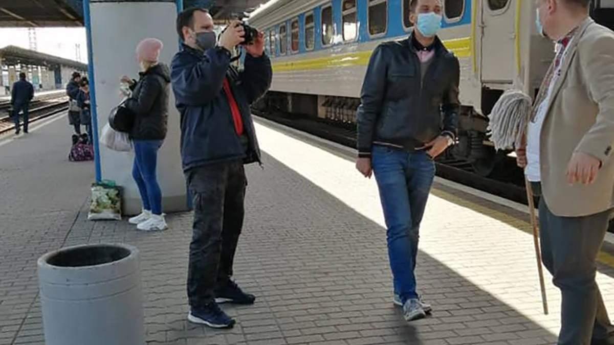 Криклий назвал историю датчанина с мытьем окна в Укрзализныце хайпом